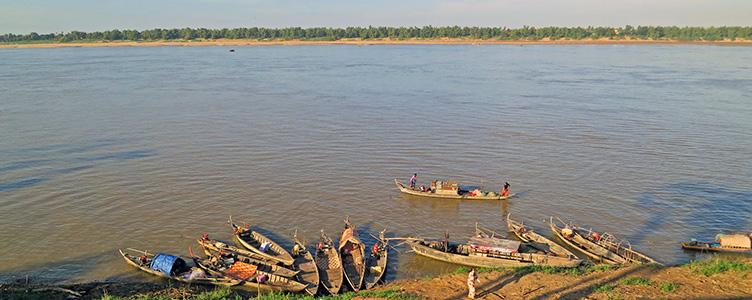 Barques à Kratie sur les rives du Mékong au Cambodge