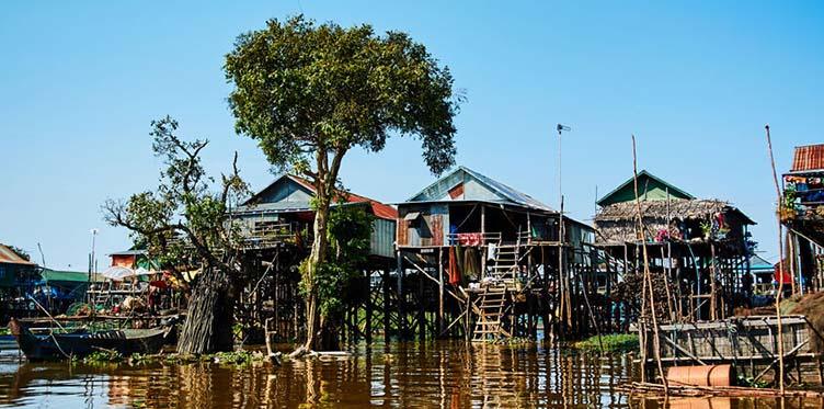 Village lacustre sur le lac Tonle Sap au Cambodge