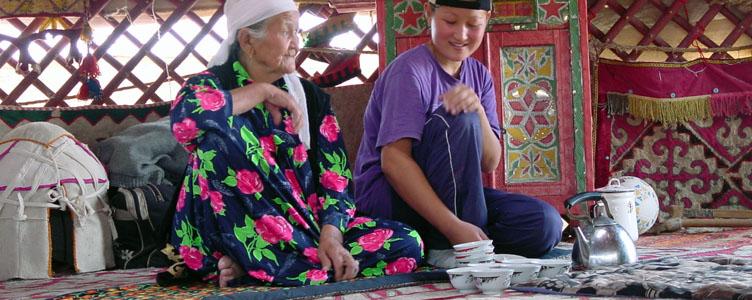 Nomades sous la yourte en voyage kirghizie ouzbekistan