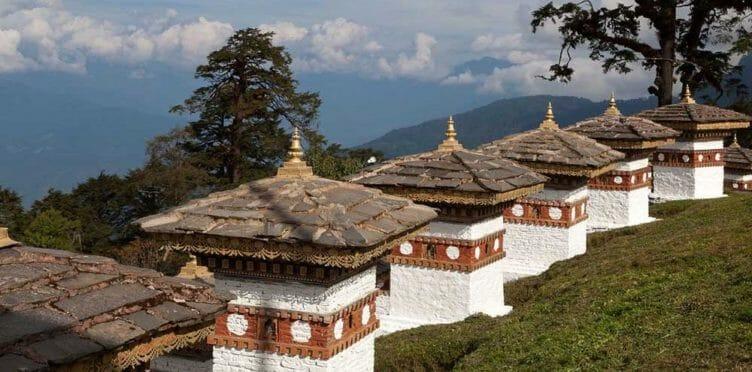Chortens à Dochu La au Bhoutan