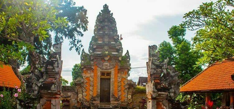 Aux portes d'un temple à Ubud en Indonésie
