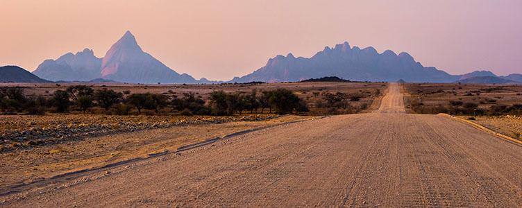 En voyage en Namibie : Piste typique dans le désert du Naukuft