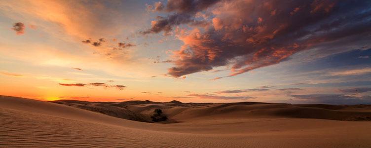 Coucher de soleil dans le désert de Gobi en Mongolie