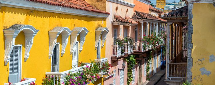 Rue de Carthagnène des Indes en Colombie façades colorées