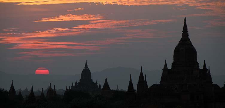 Coucher de soleil sur Bagan en Birmanie