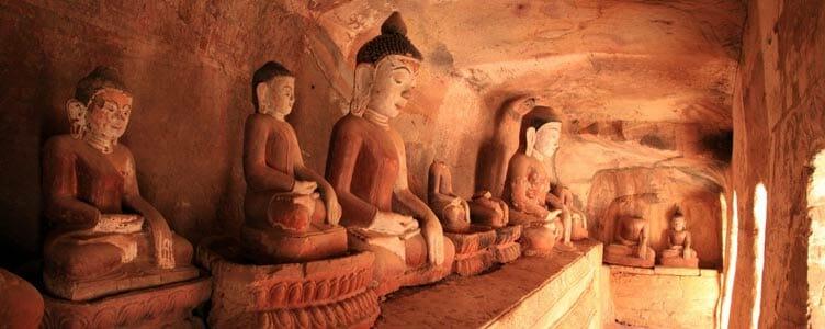 Bouddhas de po win taung lors d'un voyage en Birmanie